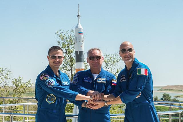 Drew Morgan, Alexander Skvortsov e Luca Parmitano davanti al razzo Soyuz (Foto Andrey Shelepin/GCTC)