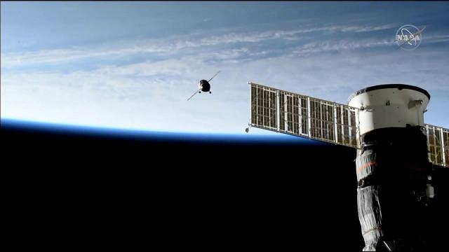 La navicella spaziale Soyuz MS-14 si avvicina alla Stazione Spaziale Internazionale. In primo piano la Soyuz MS-13 (Immagine NASA TV)