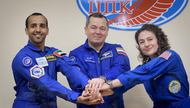 Hazzaa Ali Almansoori, Oleg Skripochka e Jessica Meir (Foto NASA/Bill Ingalls)