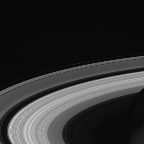 Le vibrazioni degli anelli di Saturno usate per ricostruire gli impatti sul pianeta