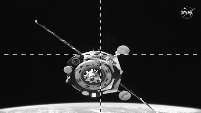 La navicella spaziale Soyuz MS-15 si avvicina alla Stazione Spaziale Internazionale (Immagine NASA TV)