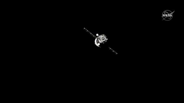 La navicella spaziale Soyuz MS-14 si allontana dalla Stazione Spaziale Internazionale (Immagine NASA TV)