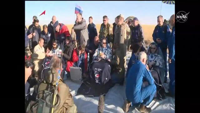 Nick Hague, Alexey Ovchinin e Hazzaa Ali Almansoori assistiti dopo l'atterraggio (Immagine NASA TV)