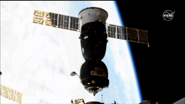 La navicella spaziale Soyuz MS-12 lascia la Stazione Spaziale Internazionale (Immagine NASA TV)