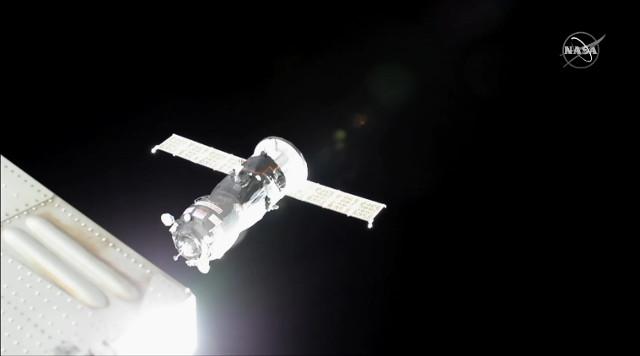 Il cargo spaziale Progress MS-13 si avvicina alla Stazione Spaziale Internazionale (Immagine NASA TV)