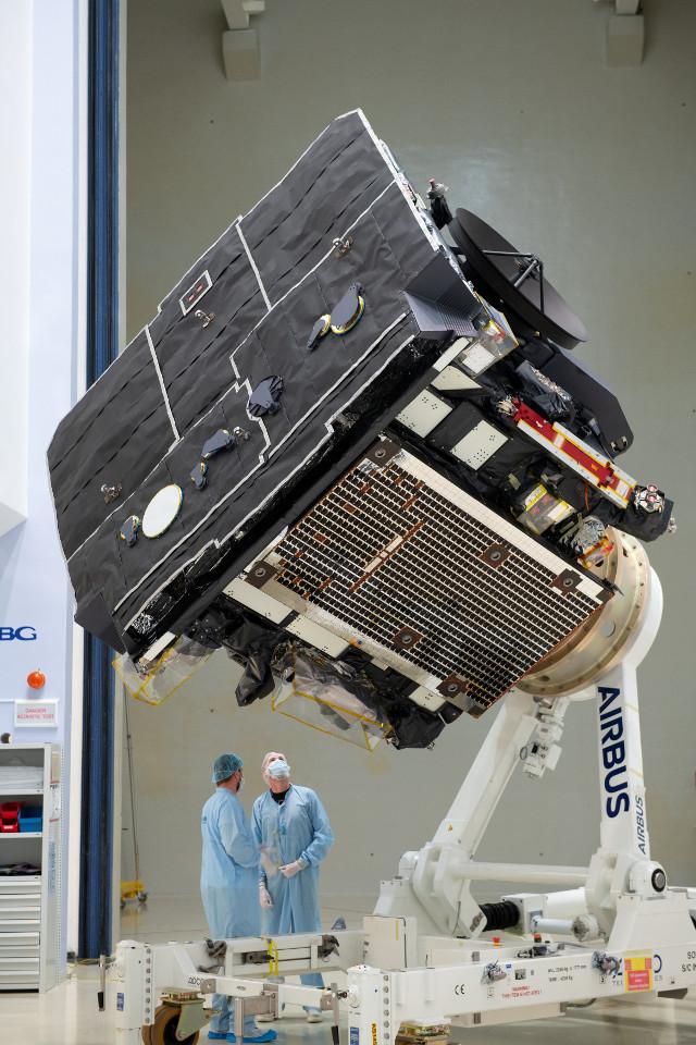 La sonda spaziale Solar Orbiter durante la preparazione (Foto ESA – S. Corvaja)