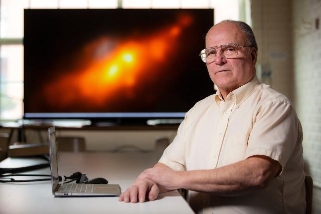 Allen Lawrence con un'immagine a lunghezze d'onda multiple di NGC 4490 (Foto cortesia Christopher Gannon)