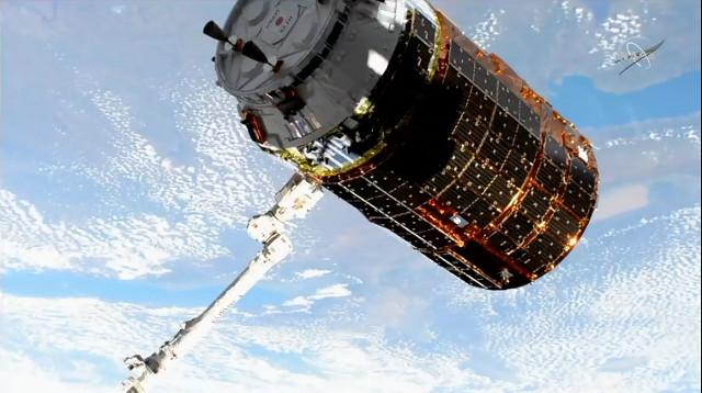 Il cargo spaziale HTV-9 catturato dal braccio robotico Canadarm2 (Immagine NASA TV)