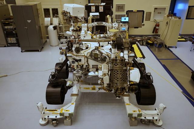 Il Mars Rover Perseverance durante la preparazione (Foto NASA/JPL-Caltech)
