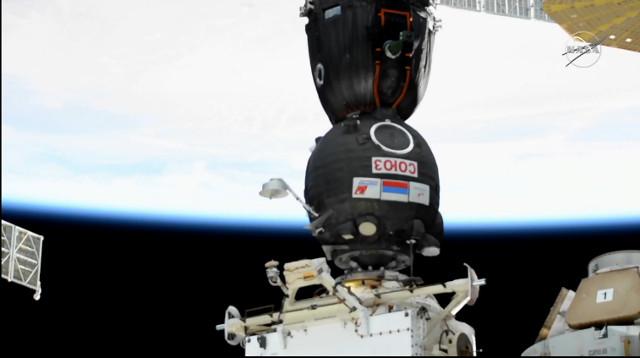 La la navicella spaziale Soyuz MS-17 attracca alla Stazione Spaziale Internazionale (Immagine NASA TV)