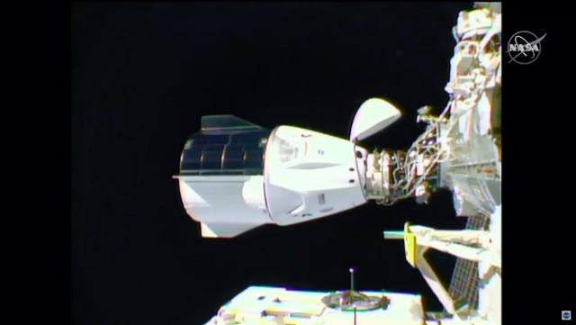 La navicella spaziale SpaceX Crew Dragon Resilience attracca alla Stazione Spaziale Internazionale (Immagine NASA TV)