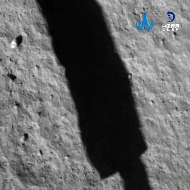 Il suolo lunare visto dal lander della missione Chang'e-5, compresa la sua ombra (Foto cortesia agenzia spaziale cinese / CLEP)