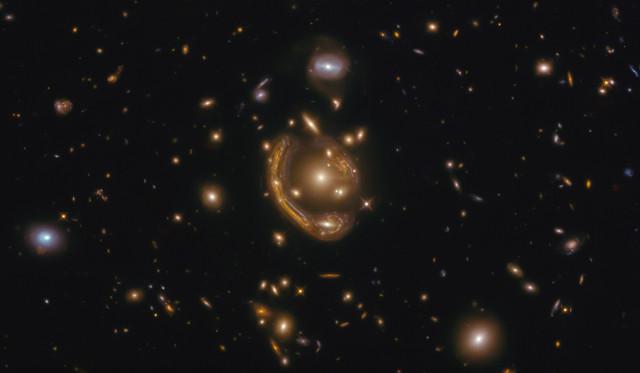 GAL-CLUS-022058s, l'Anello Fuso (Immagine ESA/Hubble & NASA, S. Jha. Acknowledgement: L. Shatz)