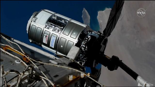 Il cargo spaziale Cygnus Katherine Johnson catturato dal braccio robotico Canadarm2 (Immagine NASA TV)