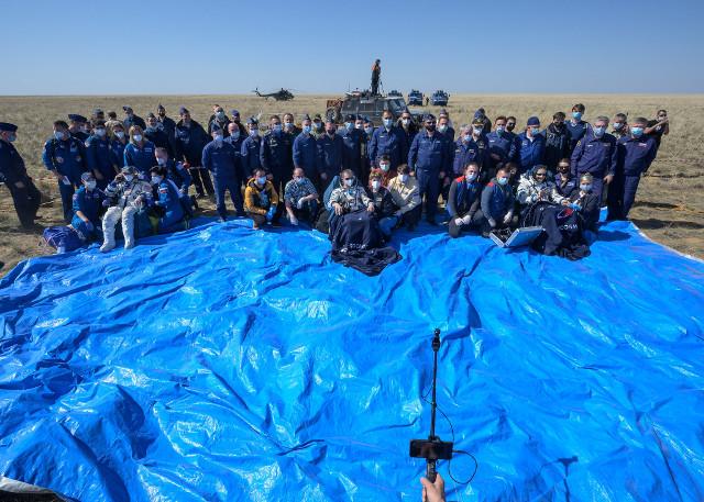 Kate Rubins, Sergey Ryzhikov, Sergey Kud-Sverchkov e il personale che li ha assistiti dopo l'atterraggio (Foto NASA/Bill Ingalls)