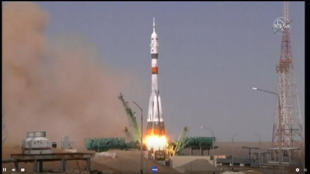 La navicella spaziale Soyuz MS-18 al decollo su un razzo Soyuz (Immagine NASA TV)
