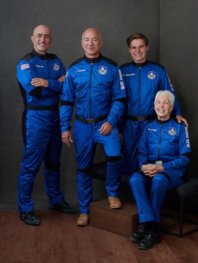 Jeff Bezos, Mark Bezos, Oliver Daemen e Wally Funk (Foto cortesia Blue Origin)