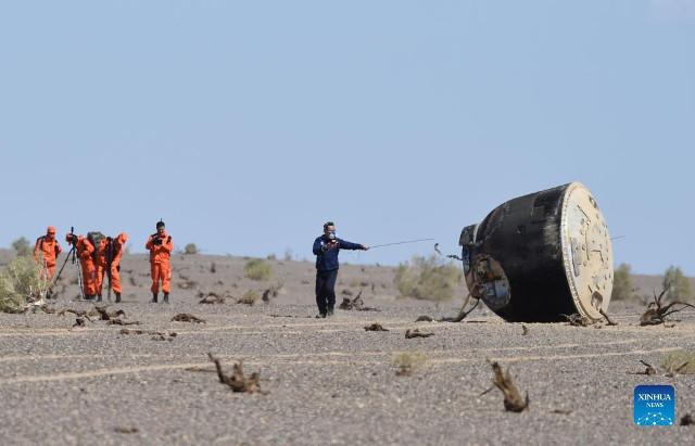 La capsula Shenzhou 12 dopo l'atterraggio (Foto cortesia Xinhua/Ren Junchuan)