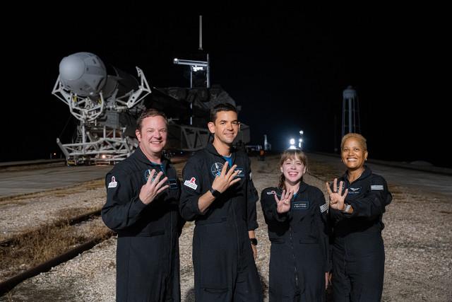 Chris Sembroski, Jared Isaacman, Hayley Arceneaux e Sian Proctor davanti al razzo Falcon 9 (Foto cortesia Inspiration4 / John Kraus)
